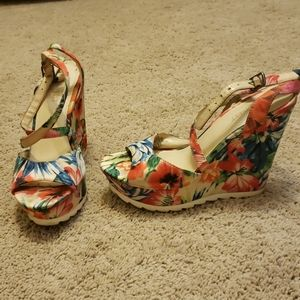 Tropical floral print wedges